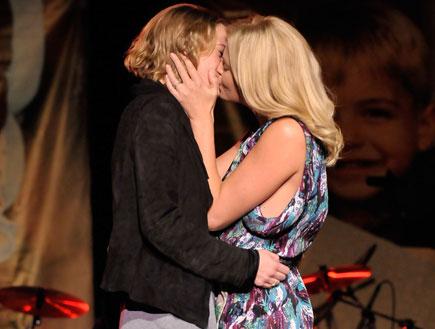 שרליז ת'רון מתנשקת עם בחורה באירוע צדקה (צילום: Charley Gallay, GettyImages IL)