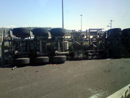 משאית הפוכה בכביש (צילום: חדשות 2)