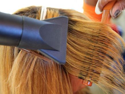 החלקת שיער בפן (צילום: Marcelo Horn, Istock)