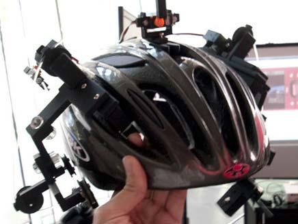 מכשיר ג'יפיאס על קסדה שמושך את האוזן בכיוון המבוקש (צילום: popsci)