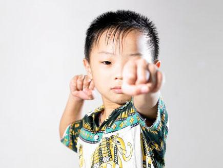ילד סיני נותן אגרוף באויר (צילום: אימג'בנק/GettyImages)
