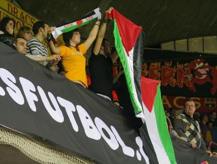 דגלי פלסטין ביציעים (יעל מרגלית)
