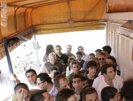 אוהדי מכבי מתסערים על הכרטיסים לדרבי (אור שפונדר) (צילום: מערכת ONE)