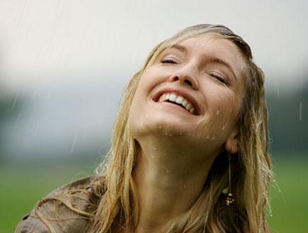 אישה בגשם (צילום: Wolfgang Lienbacher, Istock)