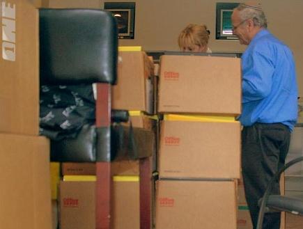 הארגזים מוכנים להעמסה במשרדי מכבי (שרון קביליו)