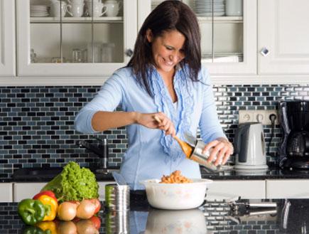 אישה מבשלת (צילום: istockphoto)
