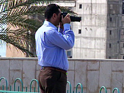 דיפלומט מצרי משקיף על הספינה האירנית (צילום: חדשות 2)