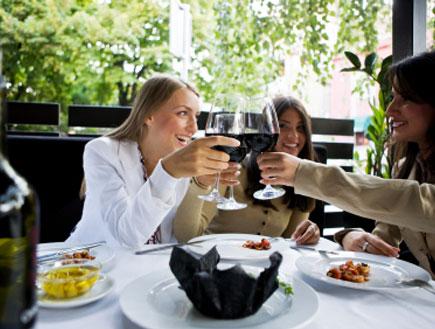 חברות בבית קפה שותות יין (צילום: webphotographeer, Istock)