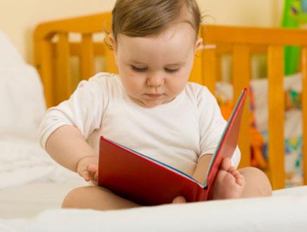 תינוק מחזיק ספר 2