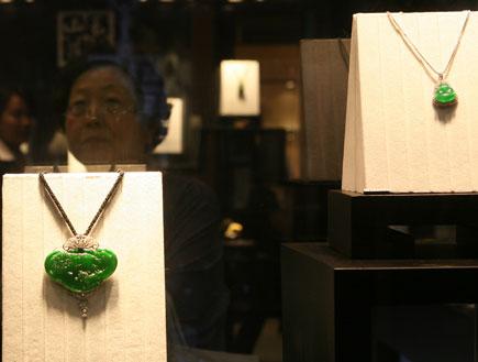 סינית מתבוננת על אבן ירקן, הונג קונג (צילום: China Photos, GettyImages IL)