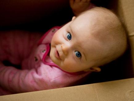 תינוקת בקופסא 1 (צילום: istockphoto)