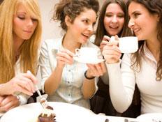 חברות שותות קפה, אחת אוכלת עוגה (צילום: istockphoto)