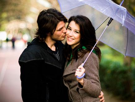 זוג מתחת למטריה (צילום: airportrait, Istock)
