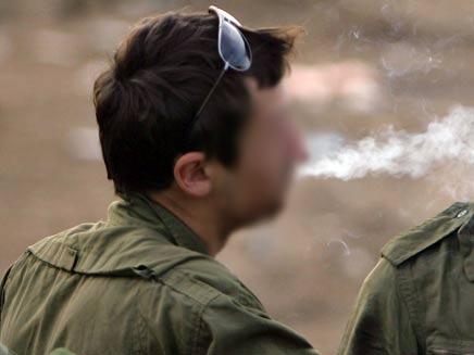 חייל מעשן (צילום: AP)