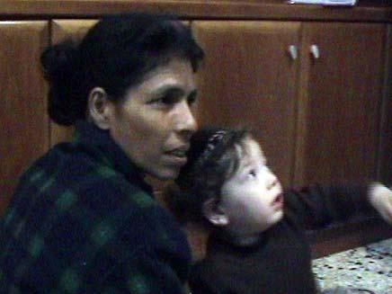 הילד מוישה ששרד את הפיגוע במומביי והמטפלת שלו (צילום: חדשות 2)