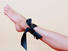 סרט שחור קשור על רגל של בחורה (צילום: istockphoto)