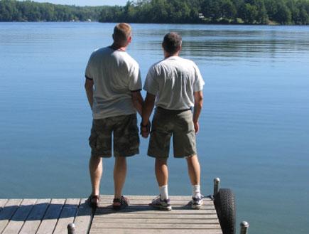 זוג גברים מחזיק ידיים- חברות בין גברים (צילום: istockphoto)