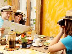 תיירים במסעדה - מלכודות תיירים