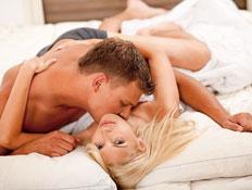 זוג במיטה - דברים שאסור לעשות בסקס הראשון (צילום: imagerymajestic, Istock)