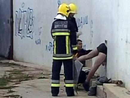 עם המכנסיים למטה (צילום: חדשות 2)