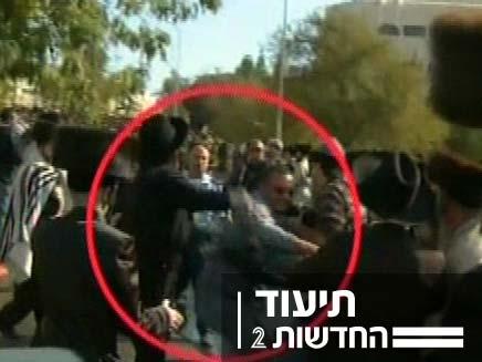 חרדים מכים את המקליט של חדשות 2 (צילום: חדשות 2)