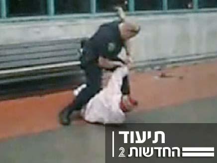 שוטר מרביץ לשיכור (צילום: חדשות 2)