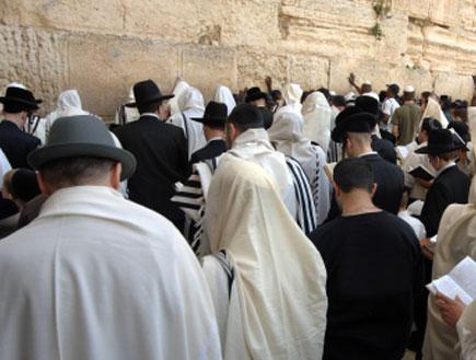 יהודים בכותל (צילום: istockphoto)