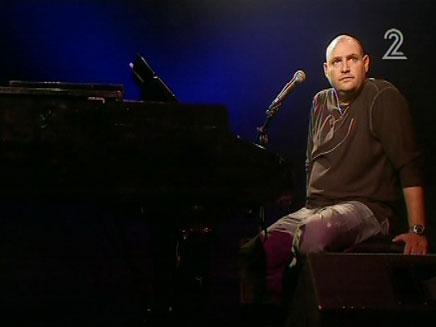 צביקה הדר שר ליד הפסנתר (צילום: חדשות 2)
