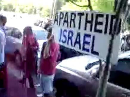 הפגנה באוסטרליה בכניסה למלון בו שוהה סילבן שלום (צילום: חדשות 2)