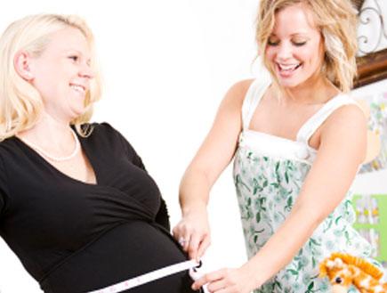 אישה בהריון וחברה שלה (צילום: istockphoto)