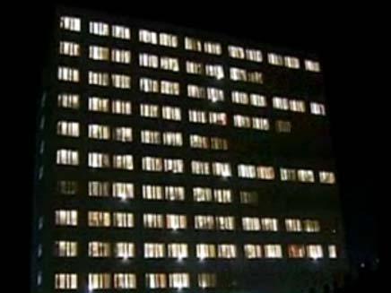 בניין עם אורות מרצדים (צילום: חדשות 2)