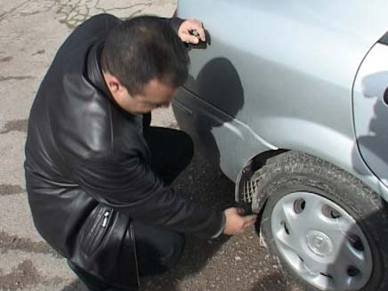החשד: איימו וניקבו את הצמיגים ברכבו של השוטר. ארכי (צילום: חדשות2)