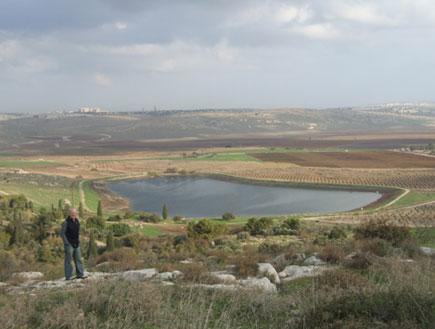 טיול בהרי ירושלים: תצפית על האגם בפארק קנדה (צילום: ערן גל-אור, מסלולים> להתאהב בארץ מחדש)