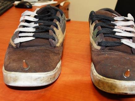 נעליים עם דוקרנים (צילום: עדן בן עמי - משטרת ישראל)