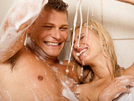 זוג מתקלח - שיפור מערכת יחסים (צילום: imagerymajestic, Istock)