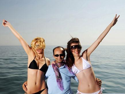 גבר ושתי נשים בים - פיתוי נשים (צילום: Niko Guido, Istock)