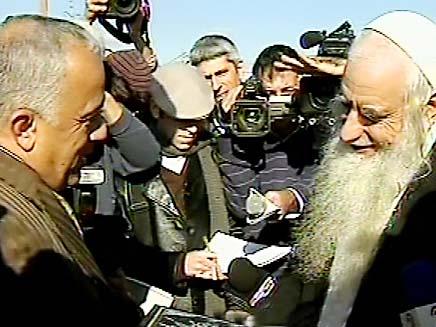 רבנים מבקרים במסגד (צילום: חדשות 2)