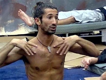יוסף נתן בכר עושה יוגה