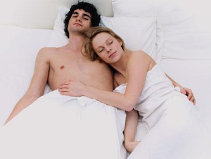 זוג מכורבל במיטה (צילום: istockphoto)