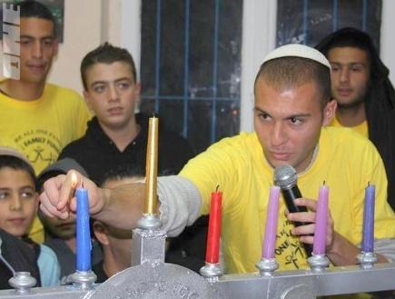 אבירם ברוכיאן מדליק נרות (גיא בן זיו) (צילום: מערכת ONE)