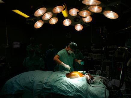 אח בחדר ניתוח. ארכיון (צילום: רויטרס)