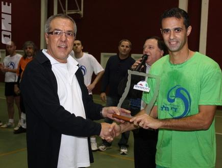 אלון חרזי מקבל גביע הוקרה מיוני הללי (עמית מצפה) (צילום: מערכת ONE)