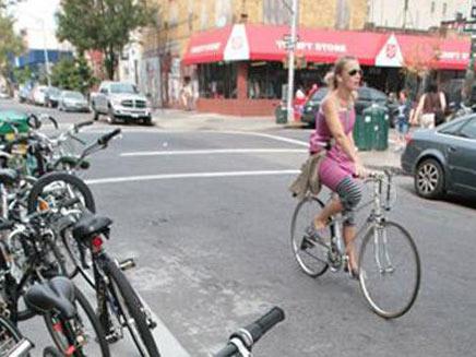 אישה רוכבת על אופניים בווילאמסבורג (צילום: AP)