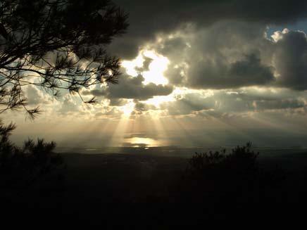 שמש מבעד לעננים. תחזית מזג האוויר (צילום: עמית ולדמן)