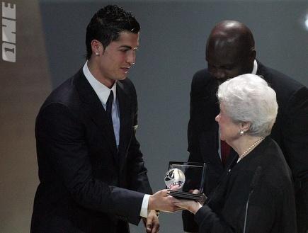 רונאלדו מקבל את הפרס על שער השנה (רויטרס) (צילום: מערכת ONE)