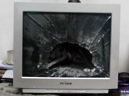 מסך מנופץ (צילום: AP)