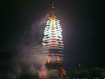 זיקוקי דינור במגדל אייפל (צילום: חדשות 2)