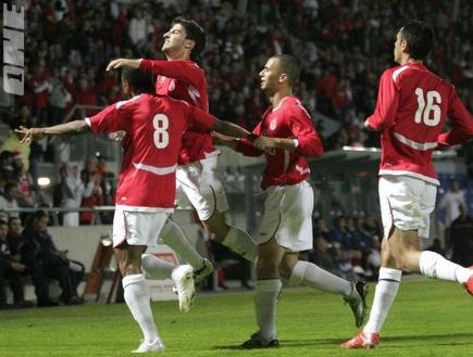 החבורה באדום חוגגת ניצחון גדול (דרור עינב) (צילום: מערכת ONE)