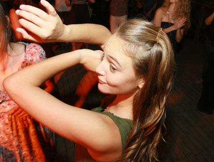בחורה יפה רוקדת בחתונה - דילמות חתונה (צילום: אורית ליטמנוביץ)