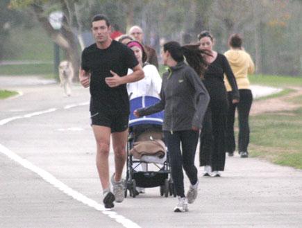 מיה קרמר ורון שחר רצים בפארק 5 (צילום: אלעד דיין)